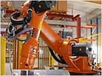Výrobní závod kombinuje mechanickou a robotickou práci